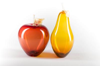 Pomme et poire en verre soufflé fabriquées à l'atelier de verre Welmo