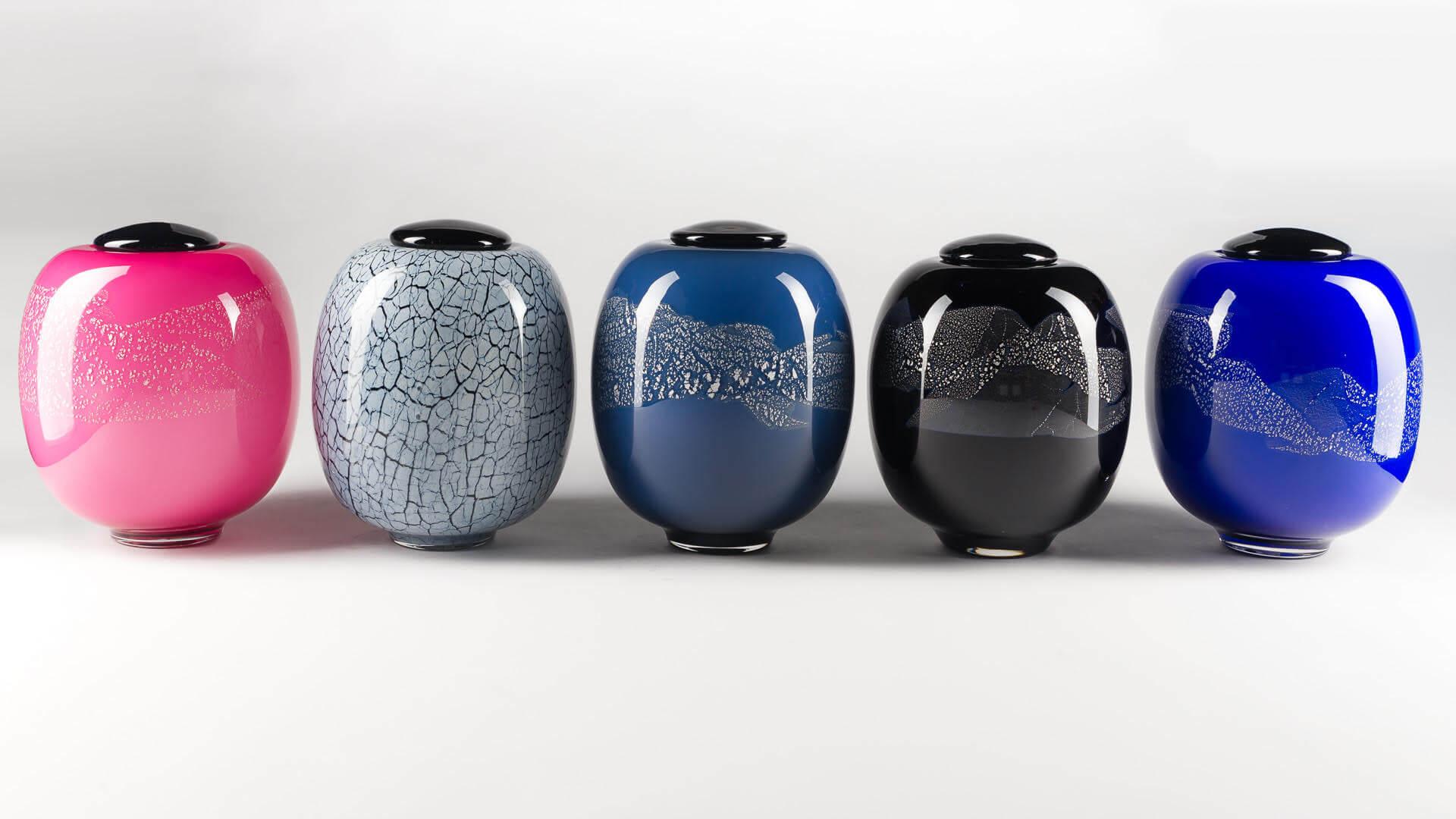 Urnes funéraires en verre soufflé fabriqués par l'atelier de verre Welmo