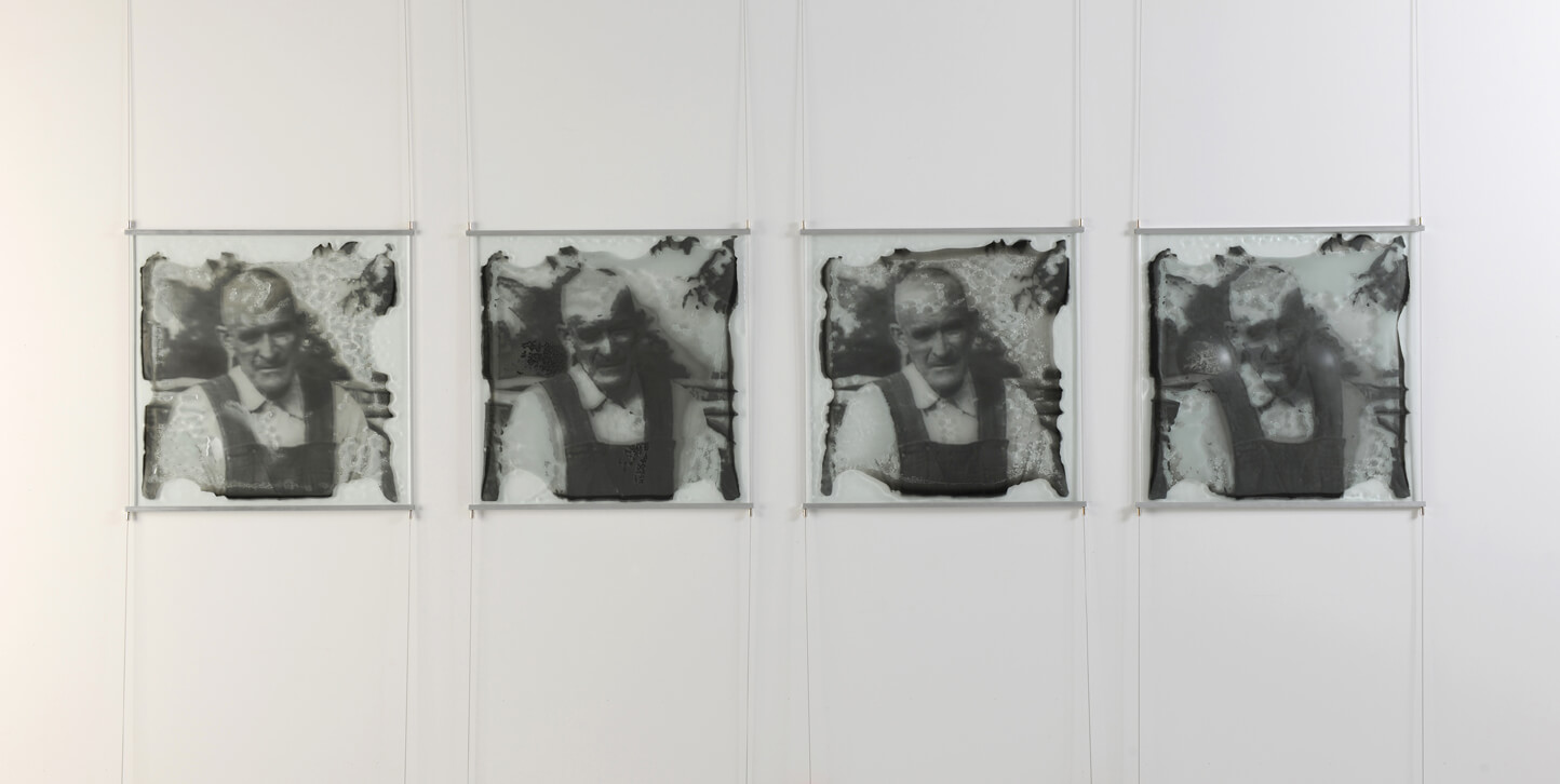 DIFFERENT STROKES FOR DIFFERENT FOLKS. Série de panneaux de verre thermoformé avec image de vieil homme fabriqué par Caroline Ouellette de l'Atelier de verre Welmo