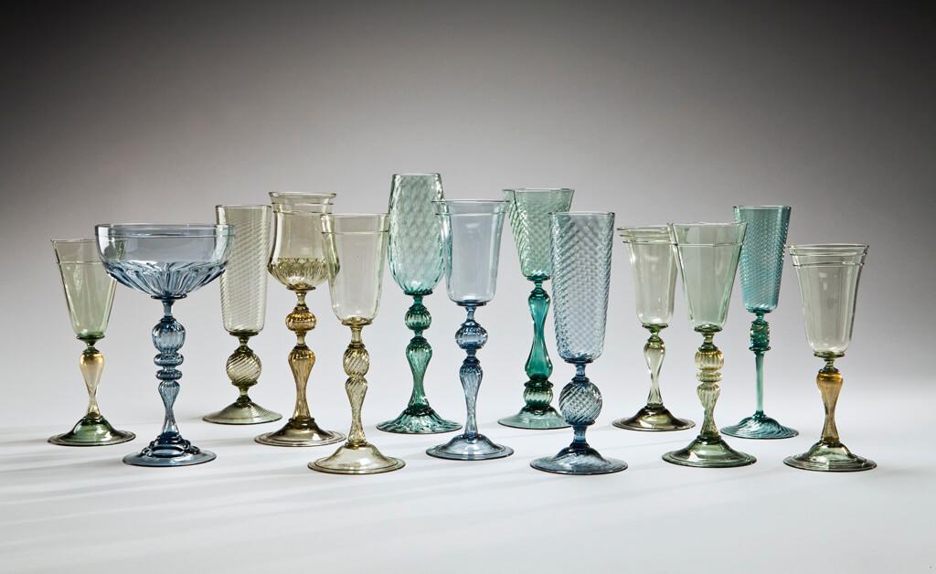 Série de gobelets de couleur en verre soufflé fabriquée à l'atelier de verre Welmo par Patrick Primeau